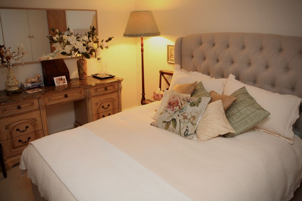 'The Queen Room' - Pillow top mattress & Gorgeous linens