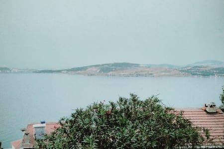 Yenifoça, Donatkent sitesinde bahçeli villa - Yenifoça - Villa