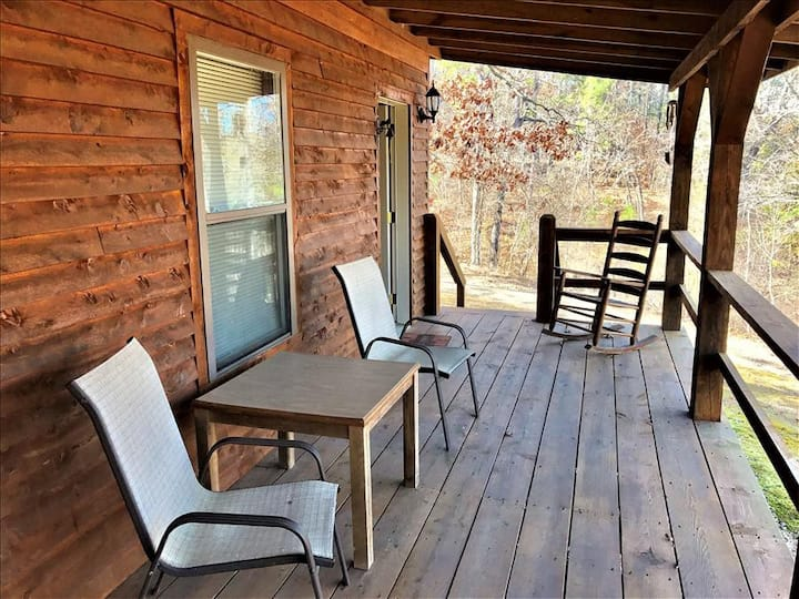 European Cabin, King Bed, GIANT SPA TUB, Oversized Covered Porch, Near Eureka Springs & Kings River!
