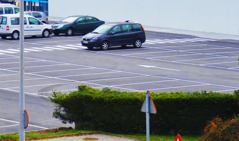 Parking gratuito frente a la casa.