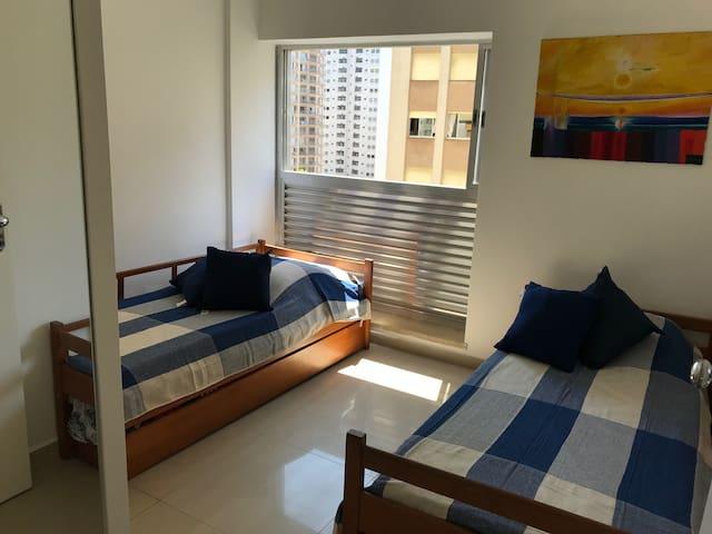 Apartamento Pitangueiras a uma quadra da praia.