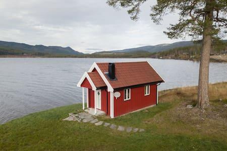 Romantisk flott rorbu (restaurert) ved  Storsjøen.