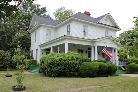 Beautiful Historic Home - 1 room