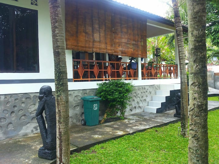 Private Room. Tropical garden. Near the beach.