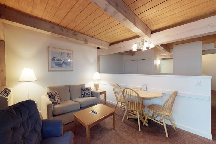 Lovely condo suite, close to golfing & the beach - shared pool & home comforts!