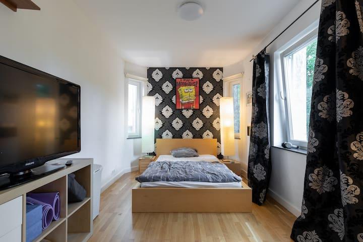 Schlafzimmer mit Doppelbett in der Villa Maria