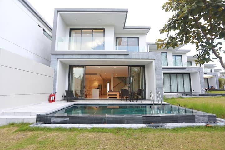 Luxury Three Bedroom Golf Villa - The Point