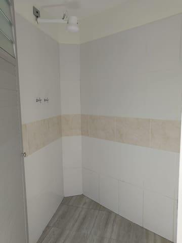 Shared bathroom with hot shower a short distance from the room/ Baño compartido con ducha caliente a corta distancia de la habitación