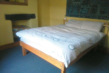 Double/ Twin bedroom in family house - Llanberis - Hus