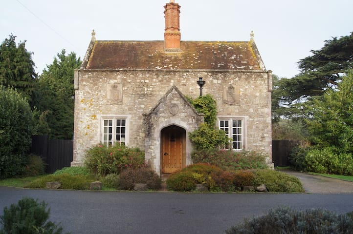 1 Barton Lodge - a lodge house dating from 1850