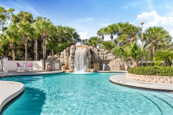 Close to Disney! Comfy Unit for 4, Pool, Breakfast