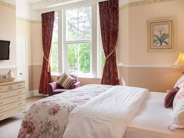 Court Prior Boutique B&B – Deluxe King + parking