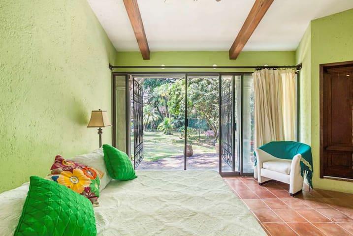 Vista jardín.  Esta habitación está separada del resto. Se accede por el jardín. La habitación puede ir en king o en 2 individuales.