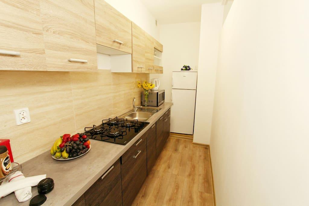 Nowa kuchnia ze wszystkim co potrzeba. New kitchen full of essentials.
