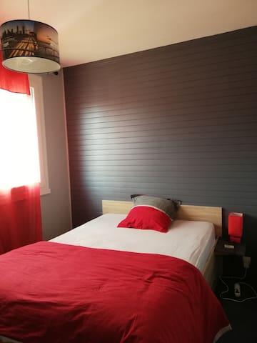 1ere chambre : lit 2 personnes avec rangement et bureau Fenêtre pourvue d'une moustiquaire