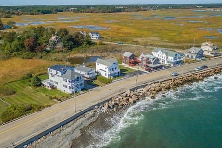 Ocean Marsh Views on Oceanfront w/ Full Kitchen