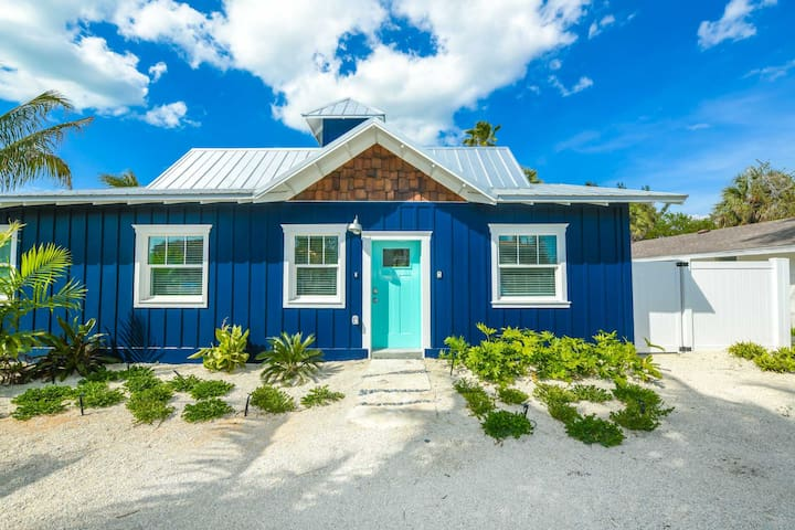 Gorgeous 2 bedroom Villa at Islands West Resort! Shared pool, so close to beach!