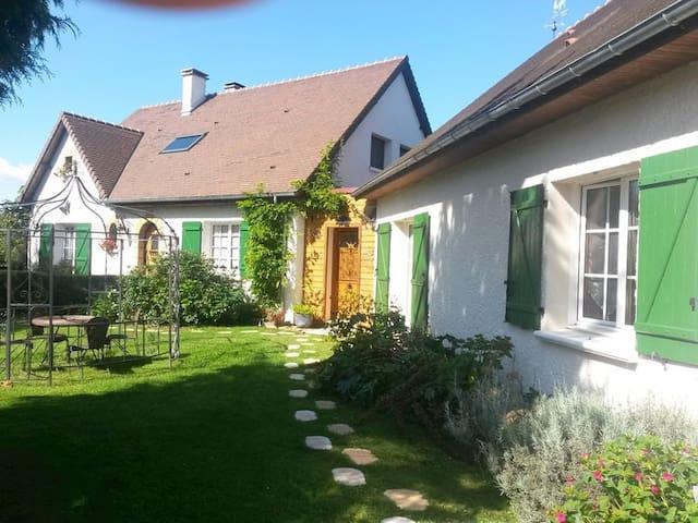 Les Terrasses du Léard-Chambres d'Hôtes de charme - Neuville-sur-Sarthe - House