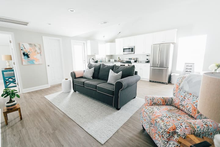 Charming newly renovated 3BR, 2 blocks to beach