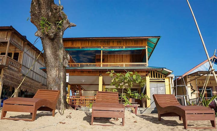 Four Sisters Beach Front Homestay Bunaken (2nd fl)