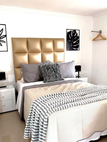 Dormitorio. hermosa y cómoda cama.