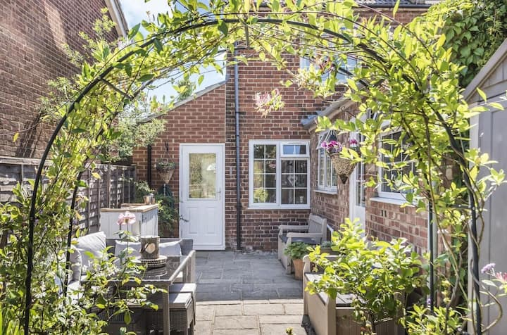 Cosy cottage, street away from Wokingham Station