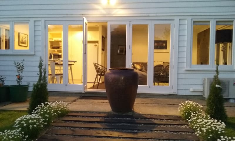 Private 2 Bedroom Art and Garden Studio. LOCATION+ - Auckland - Casa