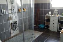 Grande salle de douche partagée