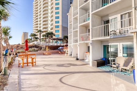 Oceanfront condo w/ shared pool, hot tub, ocean view - walk to the beach!