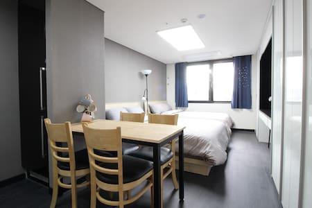 B4[Airport 1.7km DutyFS 1km]3 Queen Beds Residence