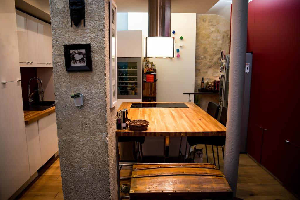 Une cuisine conviviale et équipée / An all equiped pleasant kitchen