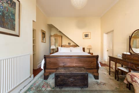 Spacious Victorian Rectory Suite in The Cotswolds