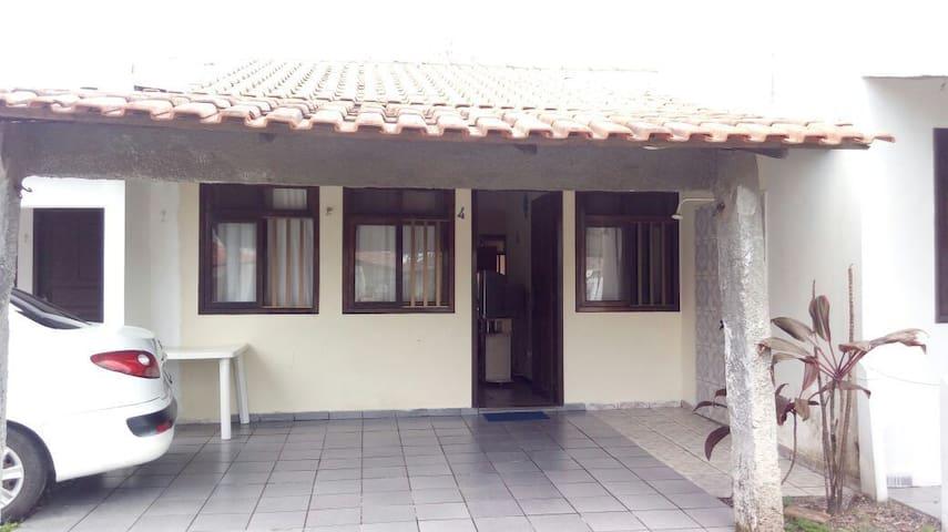 ALUGA-SE CASA EM GUARATUBA 1 quadra e meia do mar