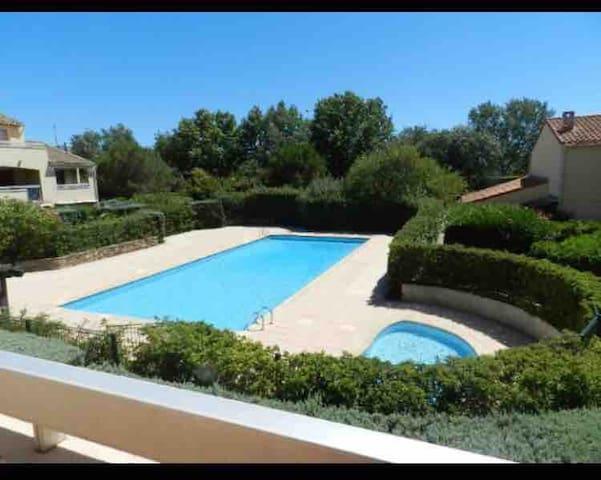 6 km de Saint Tropez , résidence avec piscine