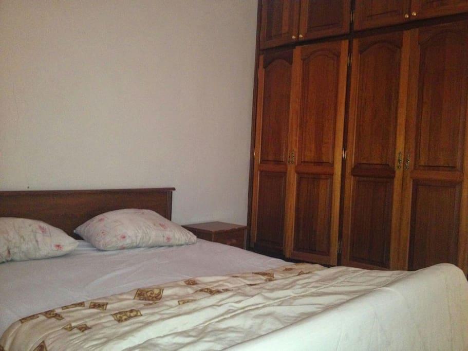 la deuxième chambre climatisée avec placard et double lit