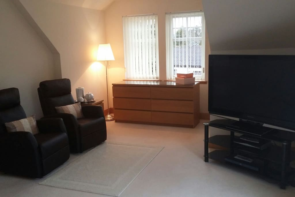 King suite-recliners, tv/dvd, kettle