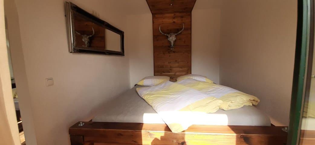 Schlafzimmer 1 mit XXL Bett