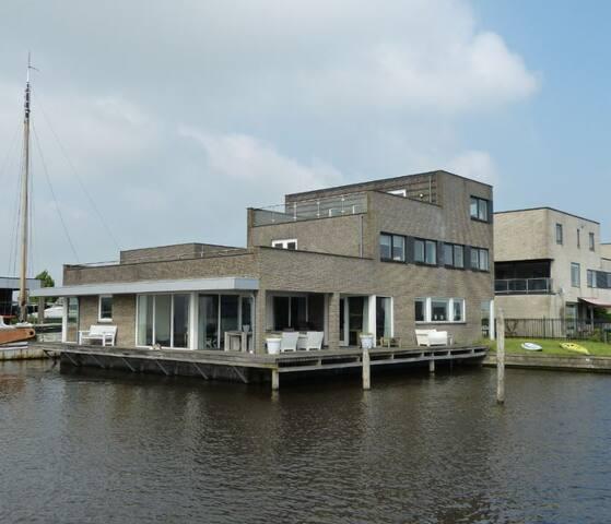 Luxe villa aan het water loopafstand van centrum. - Heeg