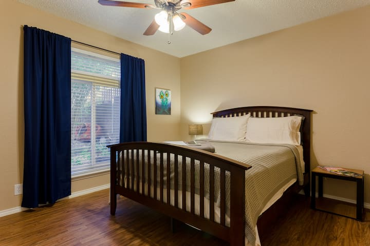 Comfy Room in Trendy South Austin