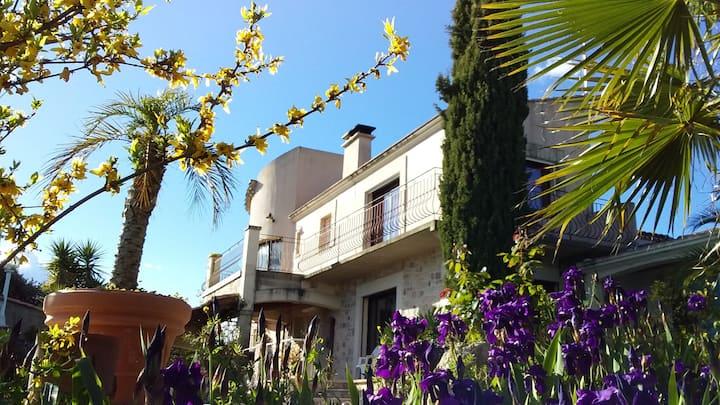 Villa avec jardin et piscine dans cour fermée