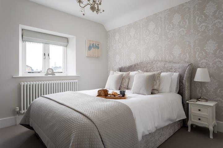 Luxury cottage Bourton, dog friendly, parking, Gdn