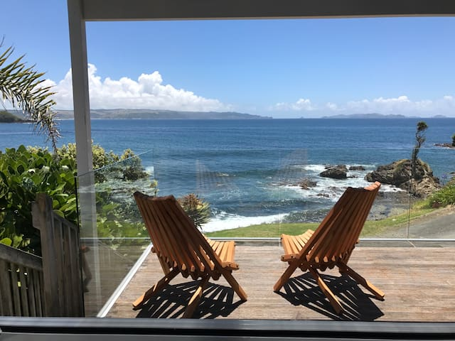 TIDE Stunning beachfront views. - Te Tii - Apartament