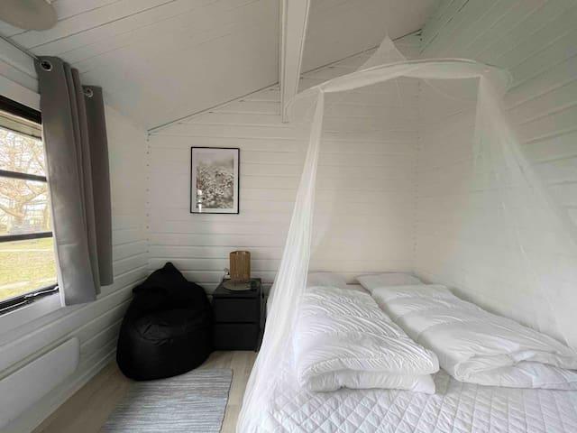 Super hyggelig værelse med 150 cm dobbelseng. Den har en sekkestol som også kan bruges i stuen om ønskelig.
