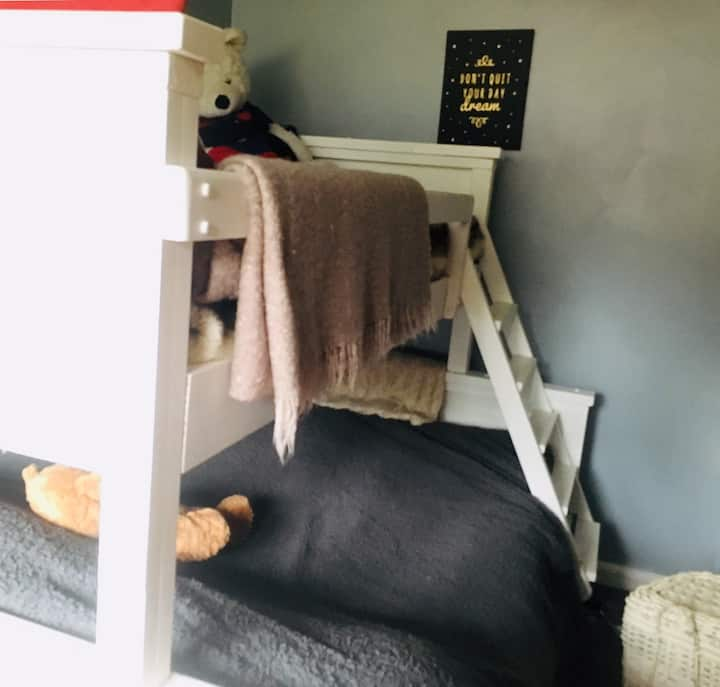 Bunk bed. Quiet house. Close to Stansted airport