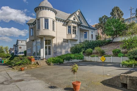 Prytz House: Victorian manse with Bay views