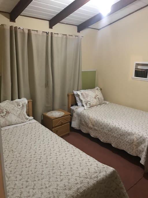 Habitación doble con camas individuales y tv!