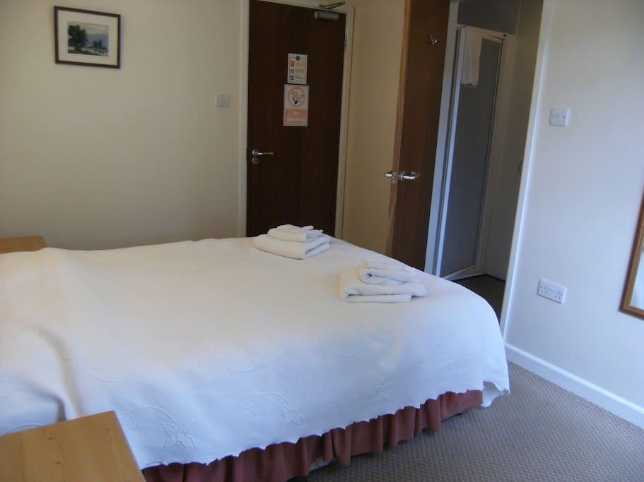 Double guest room with en suite shower/toilet