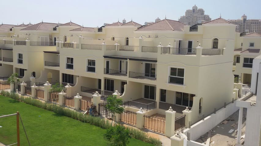 Excellent and Spacious Villa by the Pool - Ras Al-Khaimah - Stadswoning