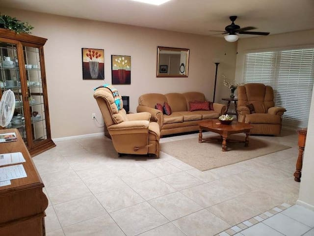 Beautiful Sun City West, 55+ home, King & Q beds