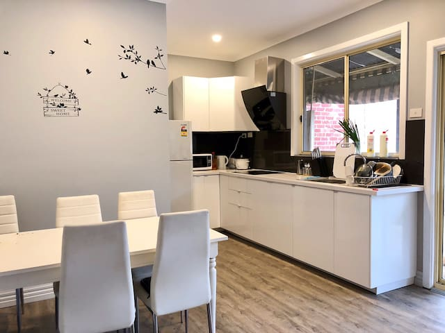 Clean and cozy GIRLS room very near train and CBD
